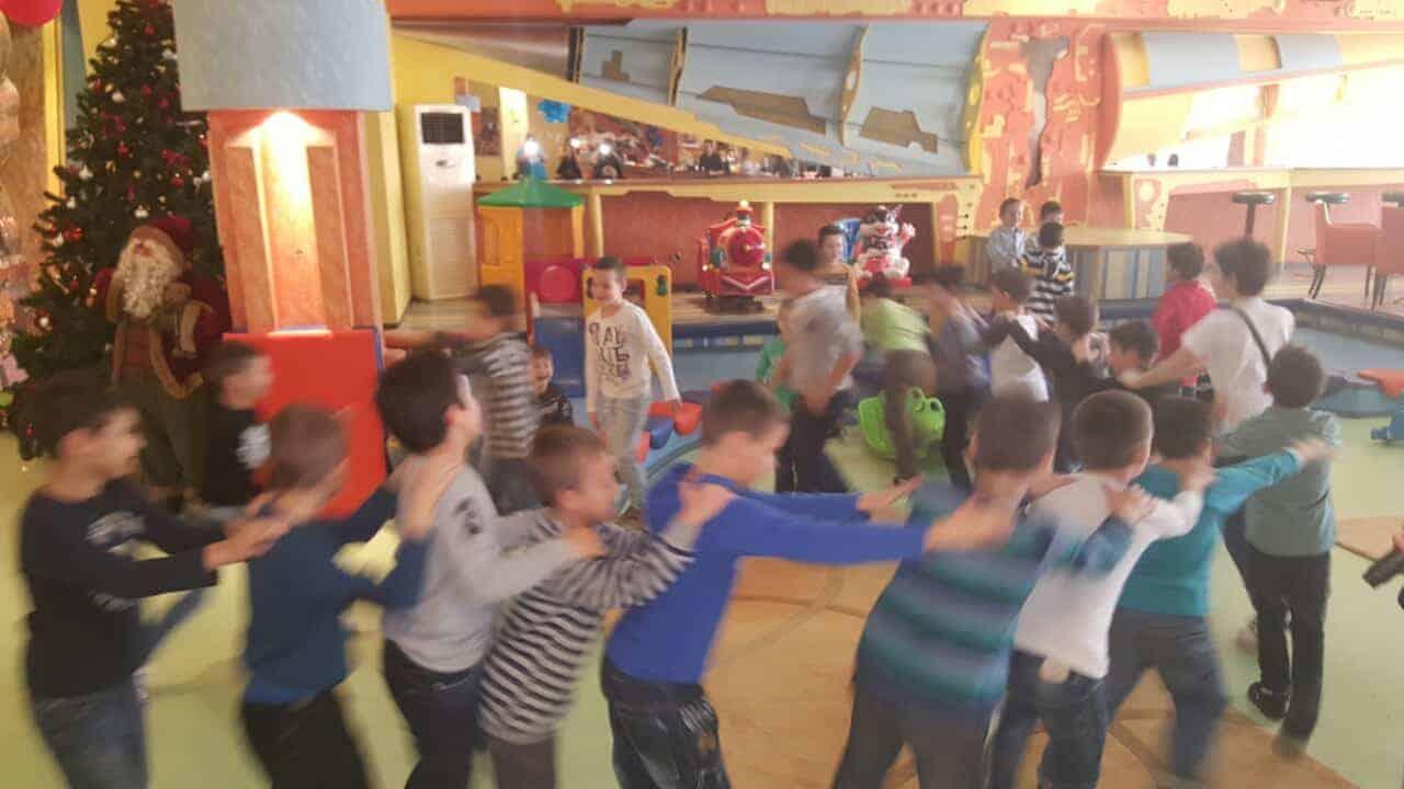Коледно парти в училище с Планета Хера